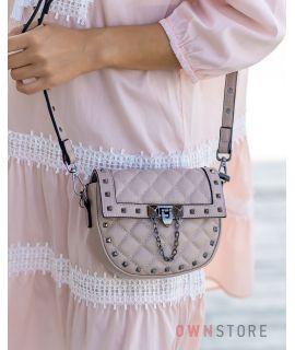 Купить онлайн миниатюрную женскую кожаную сумочку с заклепками цвета капучино  - арт.3005