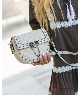 Купить онлайн миниатюрную бежевую женскую кожаную сумочку с заклепками - арт.3005